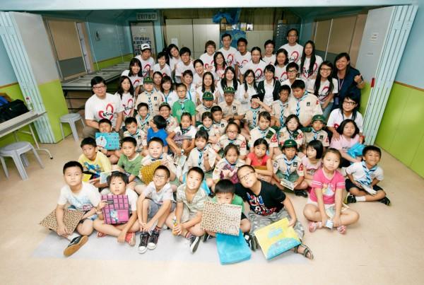 黃大仙區低收入家庭兒童與義工們合照