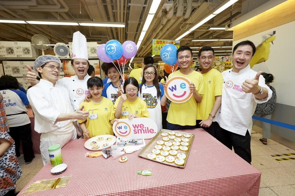 逾五十位來自匡智會的學童、老師及百佳義工隊,在西餅師傅的指導下創作「微笑曲奇」