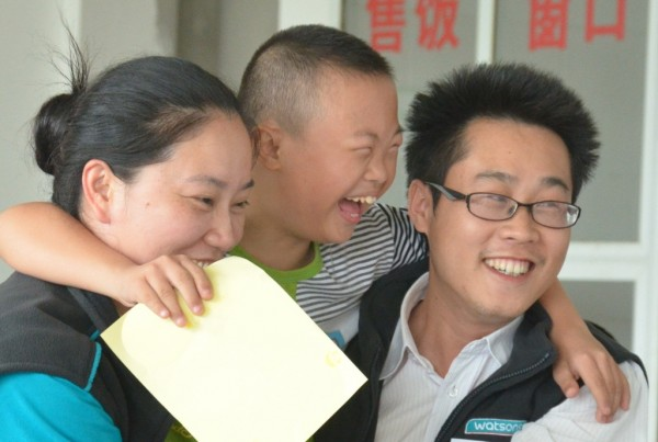 中國屈臣氏的義工探訪特殊學校,和小朋友玩遊戲,眾人面上都充滿笑容。