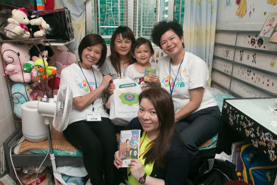 屈臣氏義工探訪深水埗及石硤尾地區的基層單親家庭,並送上保健及衛生產品禮物包