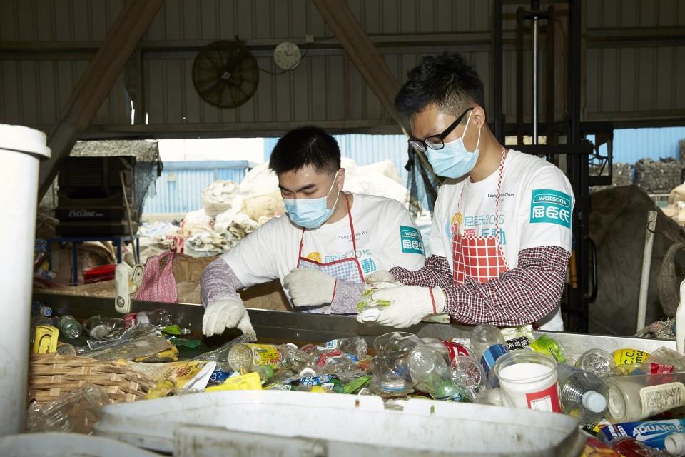 來自屈臣氏義工隊的八十五名義工正在為塑膠容器分類