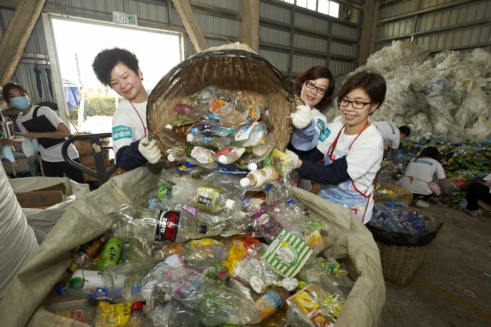 來自屈臣氏義工隊的義工參與塑膠容器分類