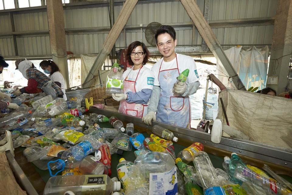 來自屈臣氏義工隊的八十五名義工參觀了塑膠資源再生中心,並參與塑膠容器分類,以了解膠樽回收過程。