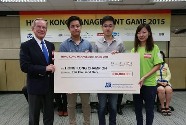 屈臣氏集團向香港管理專業協會「管理演習」的得獎年輕人頒發10000元