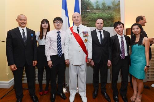 屈臣氏集團捐助的La Légion d'Honneur 獎學金得獎學生在語言中心與當地官員合照