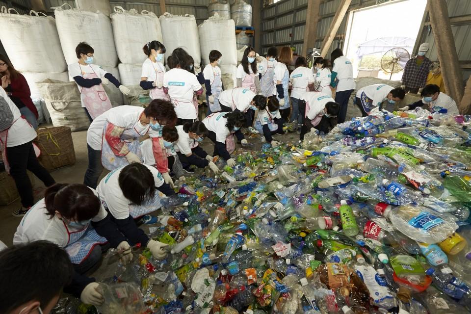 屈臣氏義工隊為塑膠容器分類