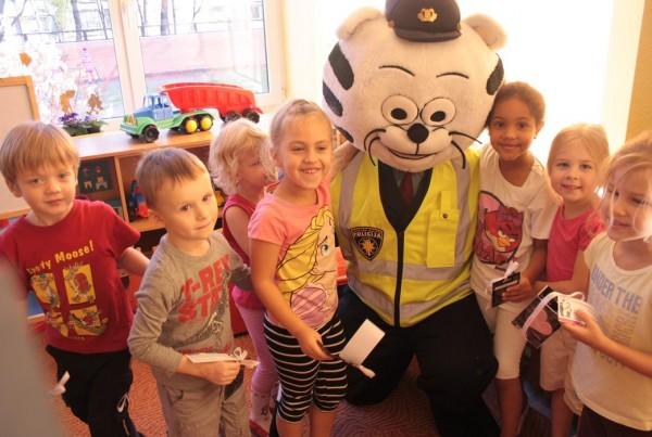 Drogas員工與動物警察到幼兒院向學前兒童灌輸正確的道路安全訊息