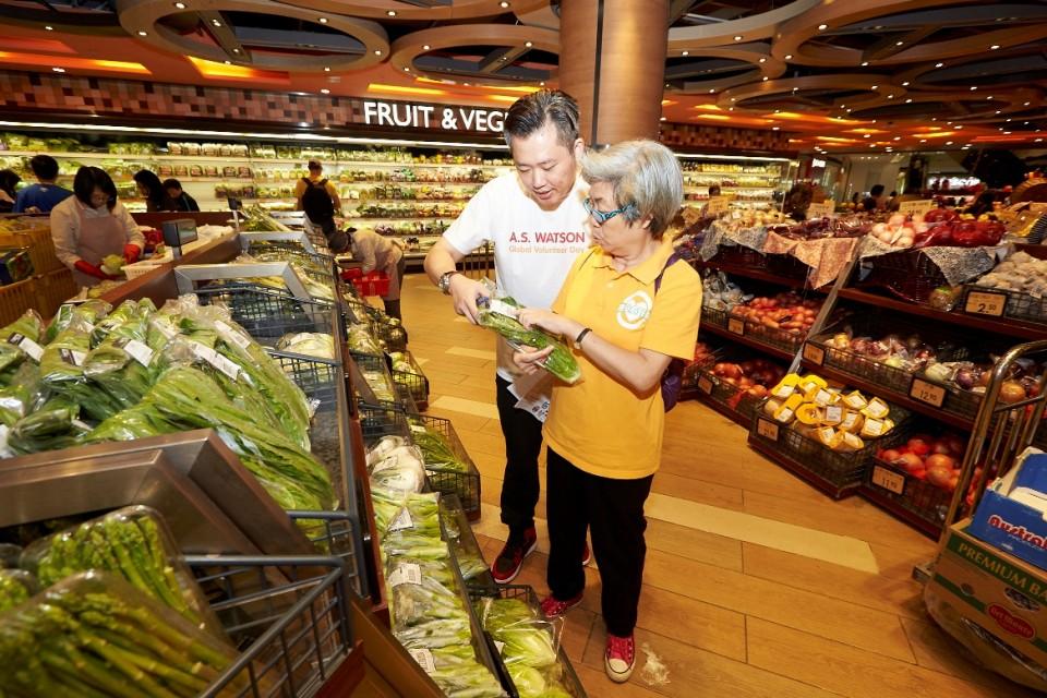 義工陪同長者參觀又一城TASTE超級市場,認識食物標籤及分組進行小遊戲